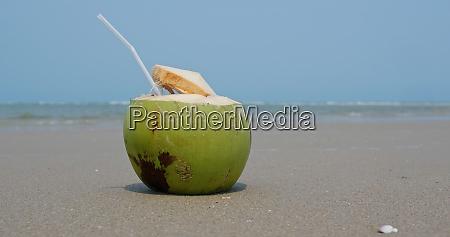 kokosfrischer saft am strand