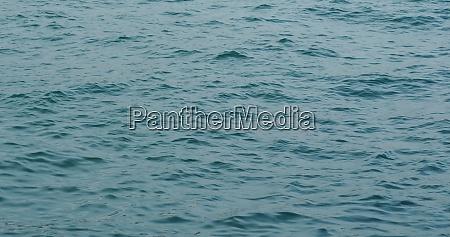 tuerkis meer wellen am strand