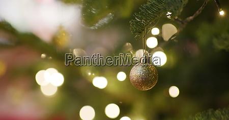 weihnachtsbaumdekoration in der nacht