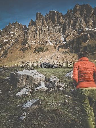 junge frau in einer malerischen alpinen
