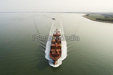 ein grosses containerschiff faehrt von den