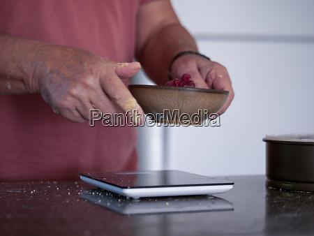 mann, wiegt, zutaten, für, kuchen - 29198846