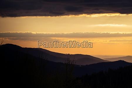 bayerische landschaft mit bergen und abendsonne