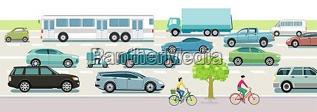 strassenverkehr mit autos bussen und radfahrern
