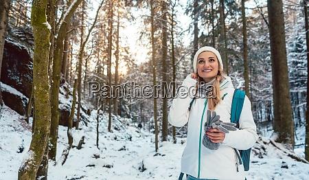 frau auf winterwanderung und geniesst den
