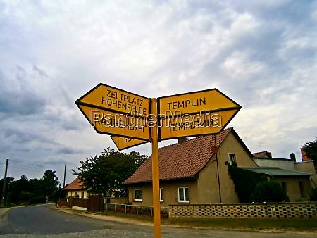 wegweiser in deutscher und russischer sprache