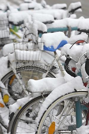 fahrrad und schnee im winter