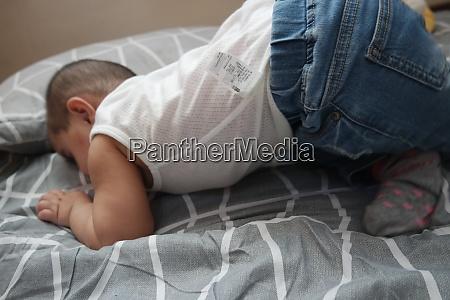 baby maedchen mit schoenem gesicht grossen
