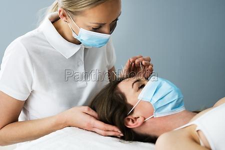 akupunktur frau gesicht nah