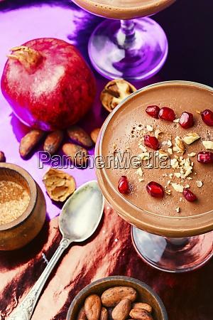 milch suesses dessert mit kakao