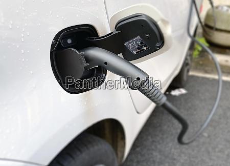 aufladen eines elektroautos mit einem stecker