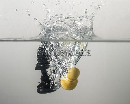 schachstueck tropfen im wasser mit einem