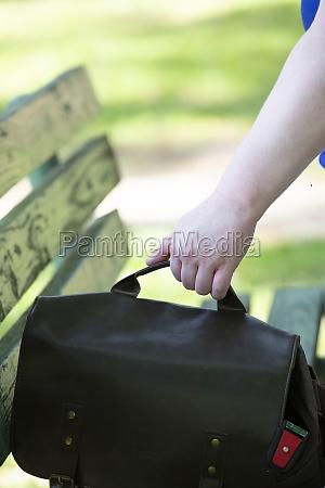frau packt ihre tasche