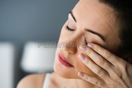 muede erschoepfte augenschmerzen und schmerzen