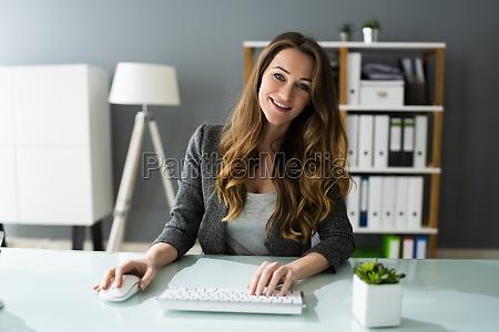 glueckliche professionelle frau mitarbeiter mit computer