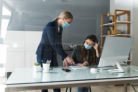 business mitarbeiter soziale distancing mit gesichtsmaske