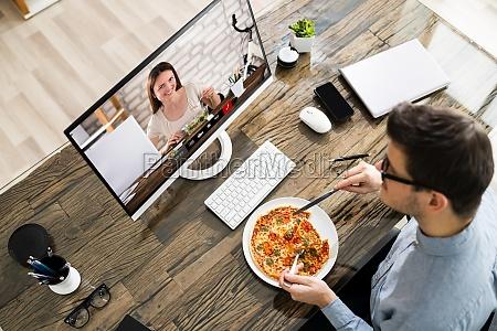 virtual office lunch pause mit videokonferenz