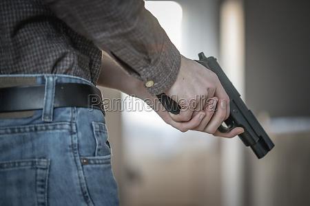 polizei undercover waffenkonzept mann haelt schwarze