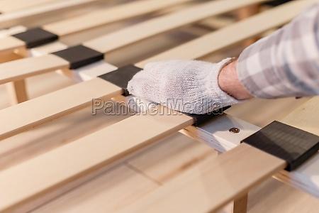 maennliche arbeiter hand in handschuh montagebett