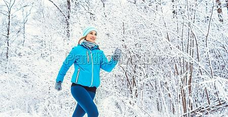 fit frau laeuft im winter und