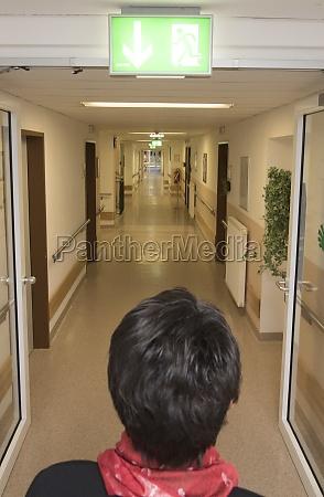 stehend in einem krankenhausflur