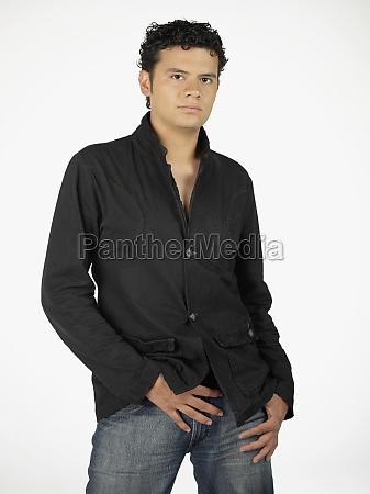 portraet eines jungen mannes posiert