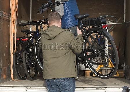 fahrrad und auto im strassenverkehr