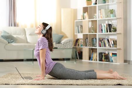 glueckliche frau ueben yoga hoeren video