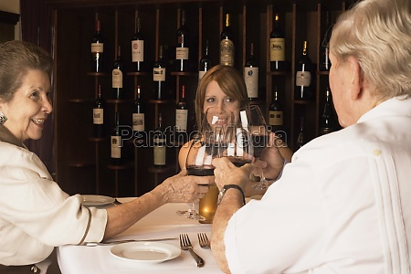 familie toasting wein im restaurant