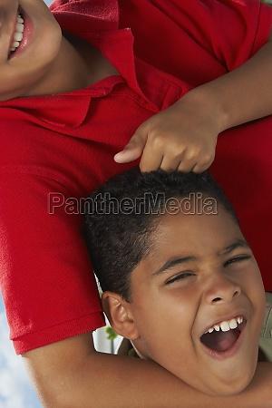 nahaufnahme eines jungen der die haare