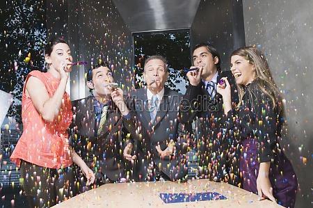 fuehrungskraefte geniessen eine party im buero