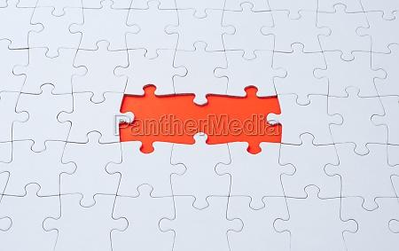 leeres weisses puzzle mit fehlenden teilen