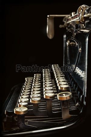 seitenansicht einer alten schreibmaschine