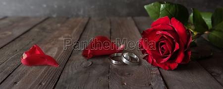 eheringe und rote rosen