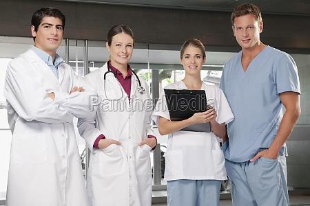 AErzte stehen zusammen