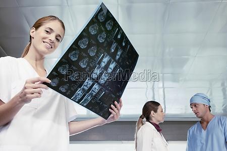 krankenschwester, untersucht, eine, x_ray, mit, ihren - 29329873