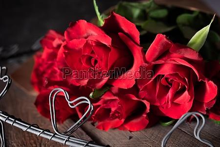 rote rosen auf dunklem vintage holz