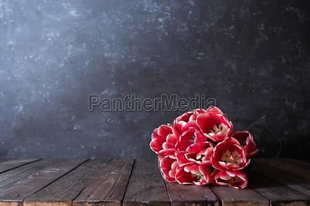bunch rote tulpen auf dunklen vintage
