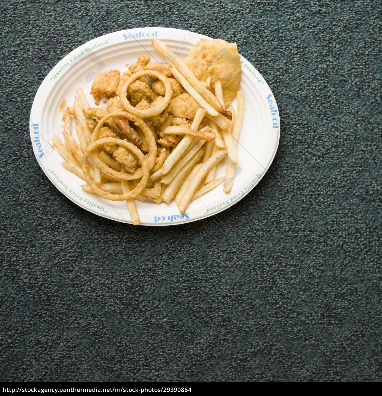 hochwinkelansicht, eines, tellers, mit, snacks, auf - 29390864