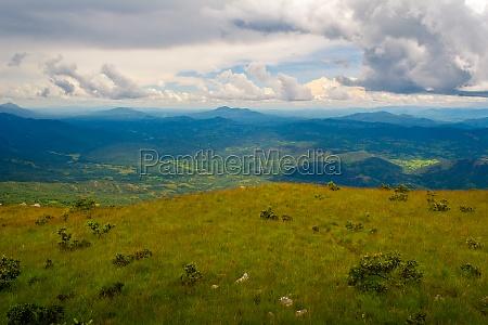 panoramabild der gruenen huegel des nyika