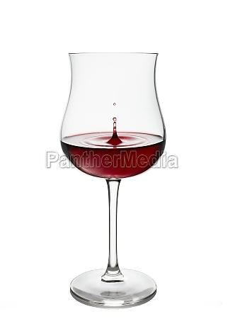 rotwein in weinglas isoliert auf weissem