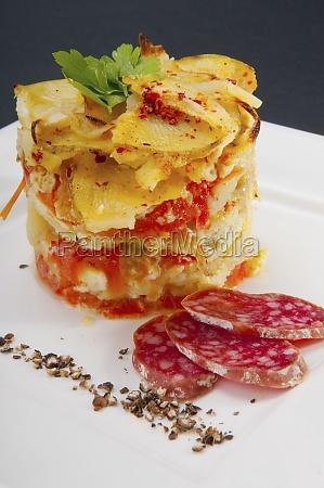 closeup einer scheibe lasagne mit salami