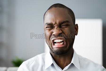 trauriger frustrierter afroamerikanischer mann