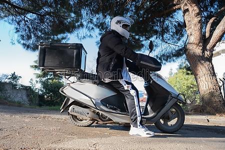 biker sitzt auf seinem motorrad bevor