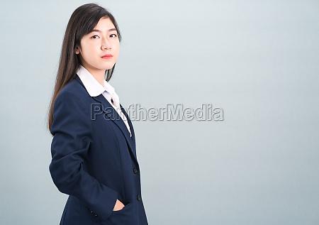 portraet der asiatischen geschaeftsfrau isoliert auf