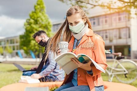 studentin auf dem college campus lernen