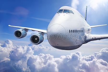 modernes flugzeug in den wolken