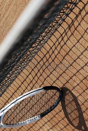 hochwinkelansicht eines tennisschlaegers und eines tennisnetzes