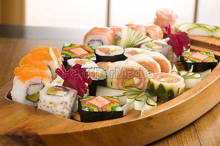 nahaufnahme von sushi in einer platte