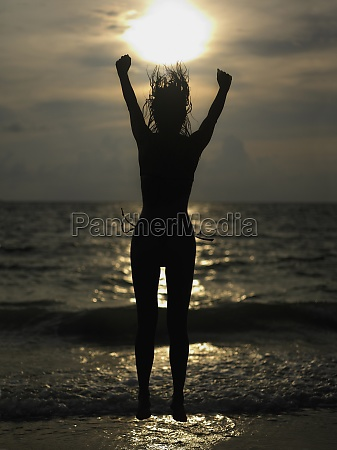 silhouette einer jungen frau springen